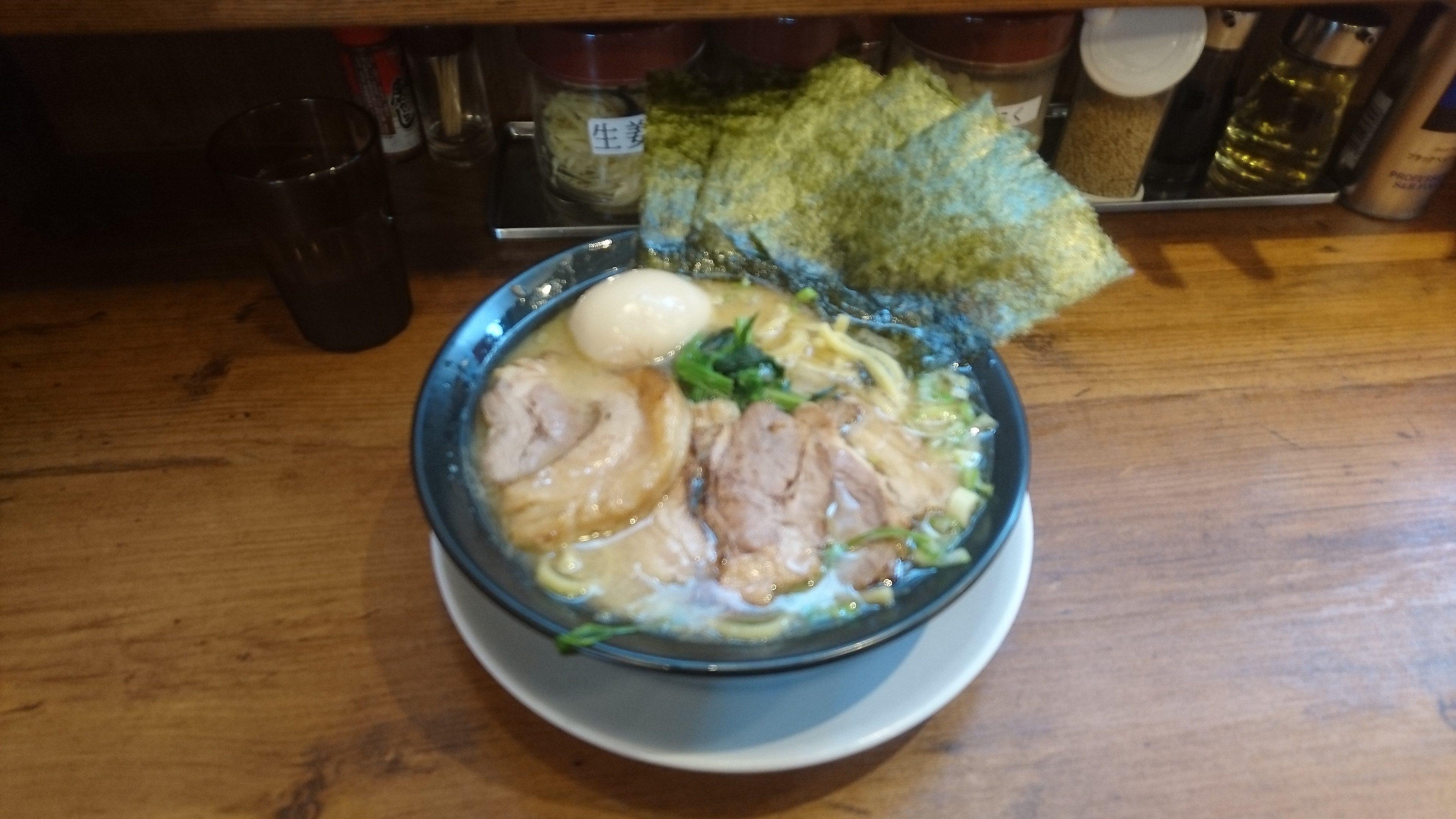 横浜家系ラーメン巣鴨家の豚骨スペシャル醤油味